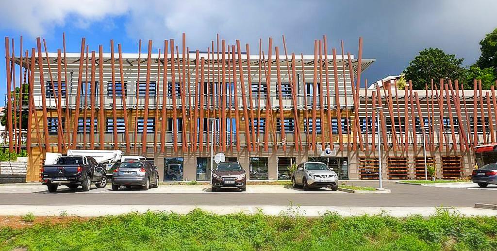 Brise Soleil Tons Bois & Garde Corps – Bureaux Jarry – Couleurs d'architecture